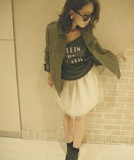6白チュールスカート×ミニタリーシャツ×Tシャツ