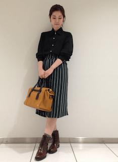 6黒シャツ×ミディアム丈スカート×ショートブーツ