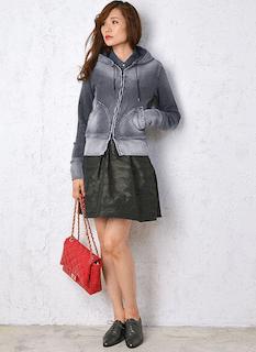7デニムパーカー×迷彩柄スカート×赤ショルダーバッグ