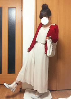 7白ロングワンピース×赤カーディガン×白スニーカー