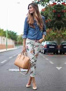 8デニムシャツ×花柄パンツ×ベージュハンドバッグ