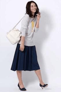 8ネイビーのフレアスカート×ロングTシャツ×白ショルダーバッグ