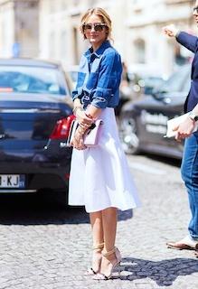 9デニムシャツ×白ミドル丈スカート×ハイヒール