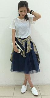 9ネイビーチュールスカート×白Tシャツ×チェックシャツ