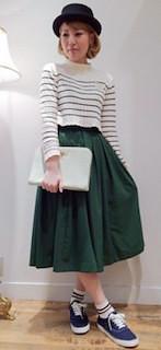 10青スニーカー×緑ロングスカート