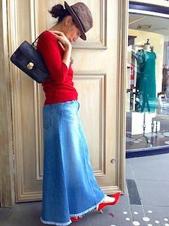 4デニムのマキシ丈スカート×赤ニット