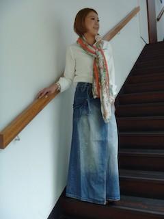 5デニムのマキシ丈スカート×白ブラウス