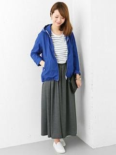 6グレーのマキシ丈スカート×青色ジップパーカー