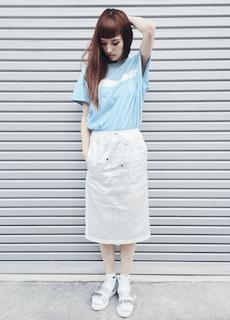 7水色Tシャツ×白タイトスカート