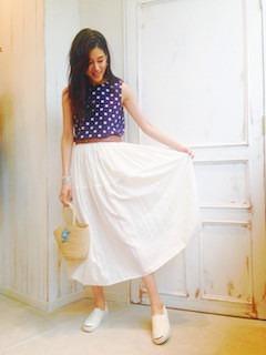 8白マキシ丈スカート×ドット柄トップス