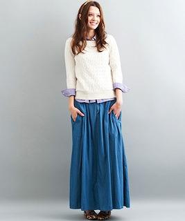 9デニムのロングスカート×白ニット