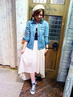9青スニーカー×シフォンマキシ丈スカート