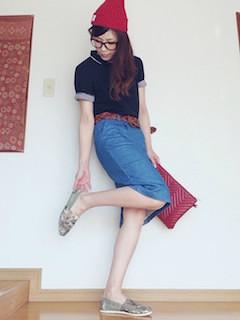 5ネイビーのポロシャツ×デニムタイトスカート×赤ニット帽子