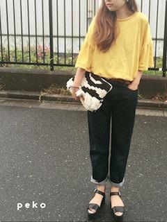 1黄色Tシャツ×デニムパンツ