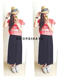 10赤Tシャツ×黒ロングスカート