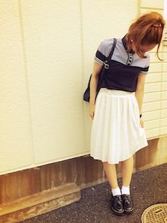10ネイビーのポロシャツ×白フレアスカート×革靴