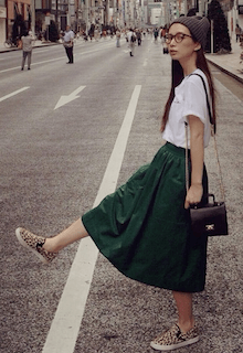 3スリッポン×緑フレアスカート×白Tシャツ