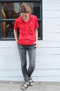4赤のポロシャツ×黒デニムパンツ×フラットサンダル