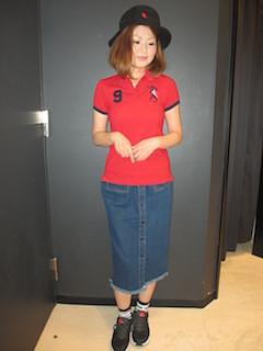 7赤のポロシャツ×タイトロングスカート×サファリハット