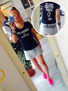 11ピンクのスリッポン×ミニスカート×プリントTシャツ