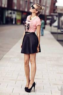7ピンクTシャツ×黒ミニスカート