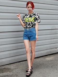 9花柄Tシャツ×デニムショートパンツ