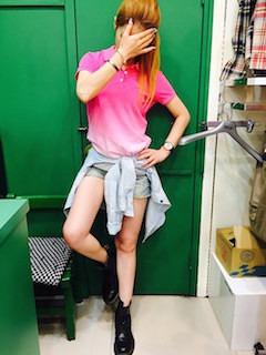 7ピンクのポロシャツ×ショートパンツ×デニムシャツ