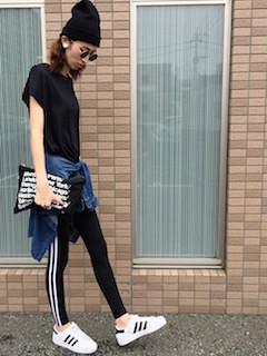 8黒Tシャツ×ジャージパンツ