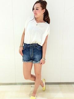 9スリッポン×白Tシャツ×ショートパンツ