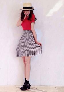 1赤のポロシャツ×ストライプ柄スカート×麦わら帽子