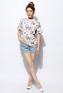 3花柄Tシャツ×デニムショートパンツ