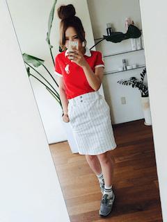 3赤のポロシャツ×白タイトスカート×スニーカー