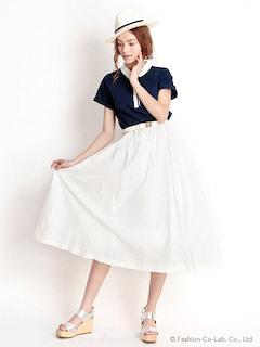 7ネイビーのポロシャツ×白ロングフレアスカート×白ハット