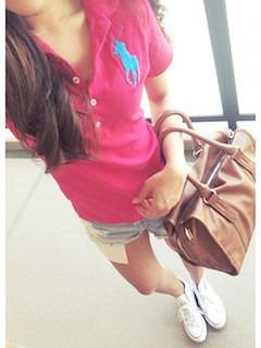 9ピンクのポロシャツ×デニムショートパンツ×ハンドバック