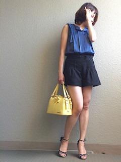 8黒のキュロット×ネイビーブラウス×黄色ハンドバッグ