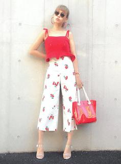 9レディーストートバッグ×赤キャミソール×花柄ガウチョパンツ