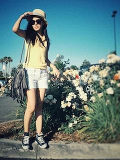 7レディースショルダーバッグ×黄色ポロシャツ×白ショートパンツ