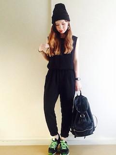 9黒のオールインワン×黒ニット帽子×黒スニーカー