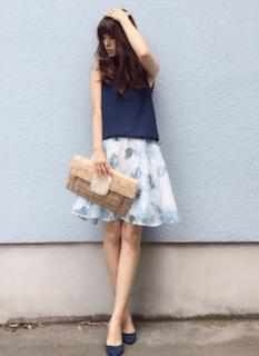 9レディースクラッチバッグ×ネイビーノースリーブ×花柄フレアスカート