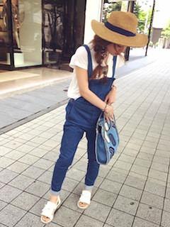 2サロペット×白Tシャツ×麦わら帽子
