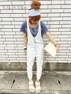 7サロペット×ブルーTシャツ×白クラッチバック