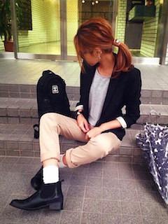 1黒のテーラードジャケット×グレー無地Tシャツ×チノパン
