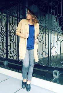 6ベージュのテーラードジャケット×ブルーTシャツ×チェック柄パンツ