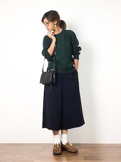 緑のニット・セーター×ネイビーのガウチョパンツ×ヒョウ柄靴