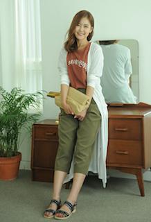 5白のカーディガン×カラーTシャツ×七分丈パンツ