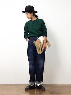 緑のニット・セーター×ワイドデニム×黒のローファー