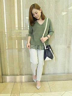 緑のニット・セーター×ストライプパンツ×ベージュのパンプス