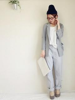 6グレーのテーラードジャケット×白Tシャツ×ストレートパンツ