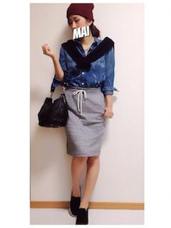 7デニムシャツ×黒カーディガン×タイトスカート