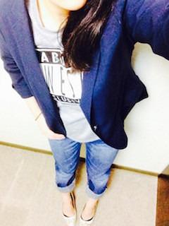 3ネイビーのテーラードジャケット×Tシャツ×ストレートデニムパンツ